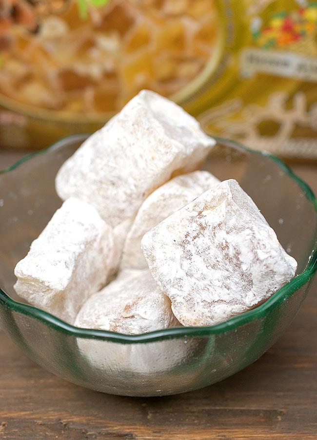 アラブのスイーツ ロクム(ヘーゼルナッツ入り)【Hazem】 3 - これがロクム。ねっとりした歯ざわりと濃厚な甘みがいかにもアラブ!