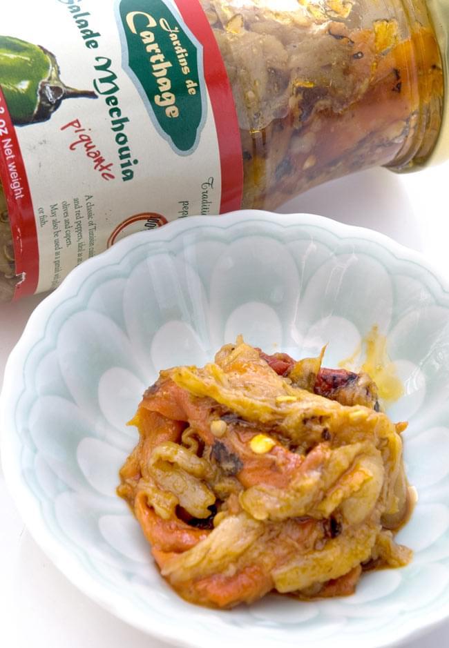 チュニジア風焼きピーマン ‐ メシュイヤスパイシー 辛口 -【JARDINS DE CARTHAGE】 2 - よく煮込まれたピーマンとトマトがたくさん入っています。こちらのシュウメイ は辛いですよ。