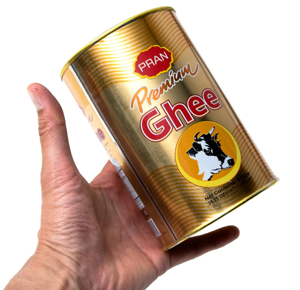 プレミアム ギー 900gm 大サイズ - Premium Ghee [PRAN] 2 - サイズ比較のために手に持ってみました