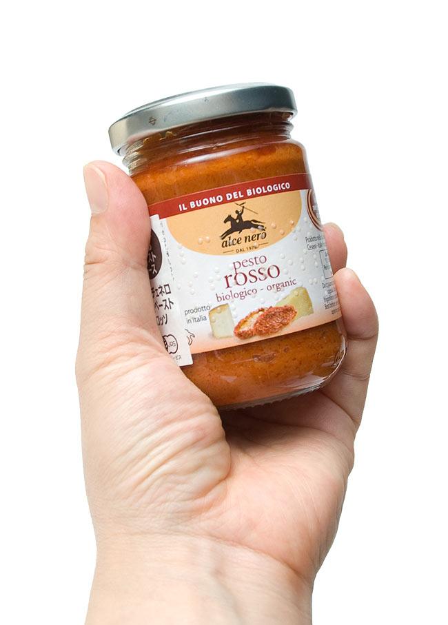 【トマト・チーズ&ガーリック】 ロッソ(オーガニックパスタソース) 【alce nero】 4 - 手にもってみました。約2人分(パスタ200g)のパスタソースが作れます。オリーブオイルで伸ばすなど、お好みでお使いください。