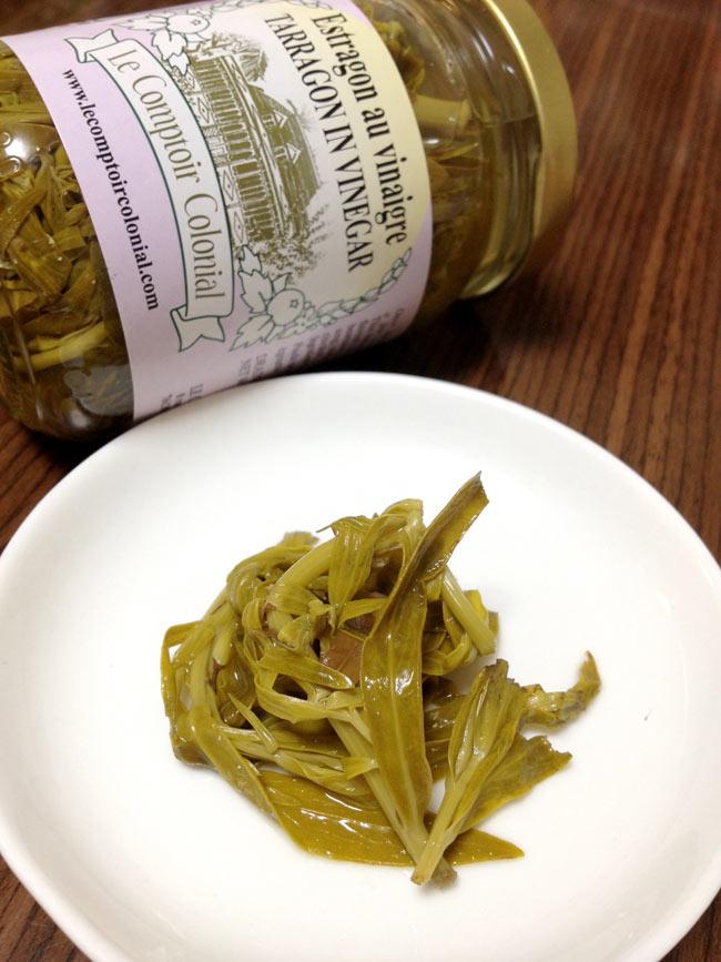 エストラゴンの酢漬け - タラゴン 【Le Comptoir Colonial】  2 - 西洋ヨモギを酢漬けにしました。タラゴンとも呼ばれるスパイスです。
