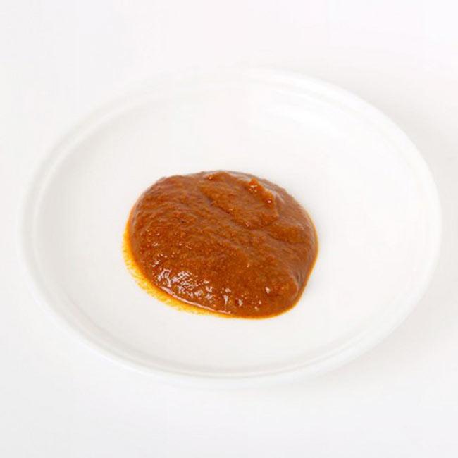 タイイエローカレーペースト - Thai yellow Curry Paste【AYAMの写真2 - スパイスや調味料がすべて混ざってペースト状になっています。この一瓶で3〜4人分のカレーを作ることが出来ます。