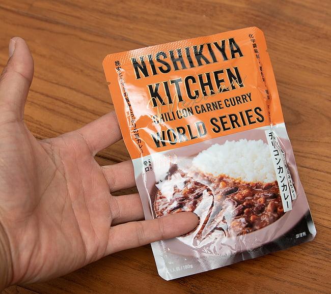 チリコンカレー 【にしきや】 2 - 手に持ってみました。豆がたくさん入って美味しいですよ。