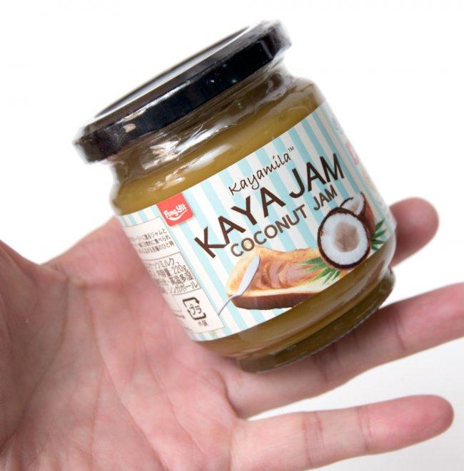 カヤ・ジャム / ココナッツジャム - Kaya Jam / COCONUT JAM 【Kayamila】 4 - 手に持ってみました。たっぷり塗って、軽くトーストしてどんどん食べてください。