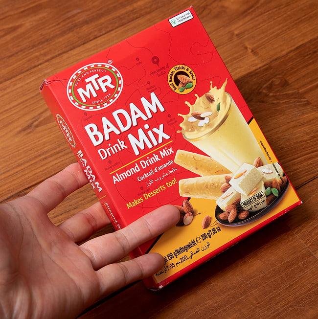 インドの甘いホットミルクミックス - Badam Drink Drink Mix (バダムミルク)の写真2 - 手に持ってみました。約15gで一杯分ですのでこのひと箱で、10〜14杯分くらい作ることが出来ます。