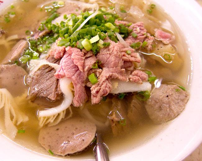 ベトナム・フォー インスタント カップ 【A-One】 ビーフ味の写真4 - 肉、野菜をたっぷり入れてつるつるっといただきます。(イメージ)