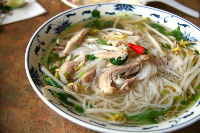 ベトナム・フォー インスタント カップ 【A-One】 チキン味 4 - 肉、野菜をたっぷり入れてつるつるっといただきます。(イメージ)