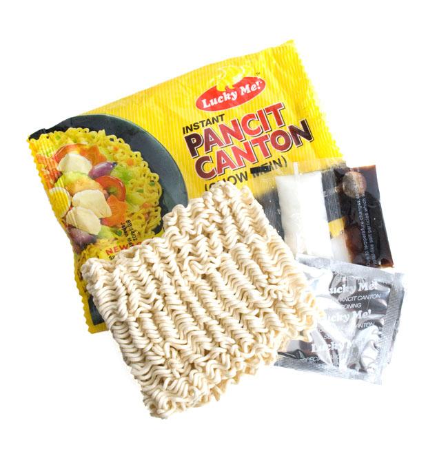 (大サイズ)インスタント ヌードル−パンチットカントン オリジナル味 【Lucky Me!】の写真2 - 中には乾麺と醤油、油、シーズズニングが入っています。