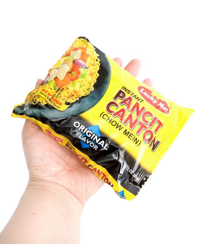 インスタント ヌードル−パンチットカントン オリジナル味 【Lucky Me!】の写真3 - 少しこぶりです。作りかたは簡単。麺を茹でて、シーズニングを入れ、茹で汁を捨てるだけ。