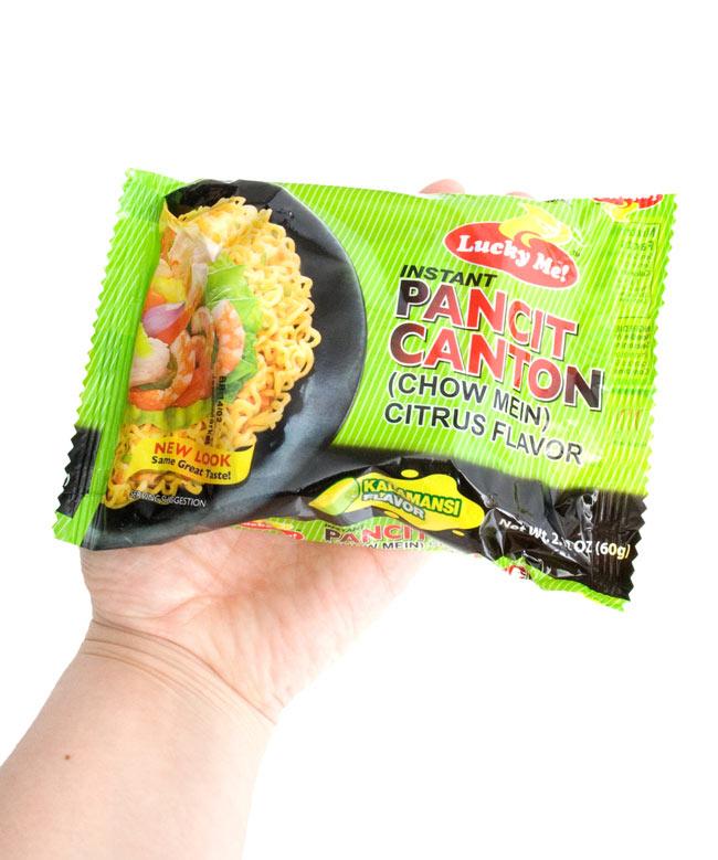 (大サイズ)インスタント ヌードル−パンチットカントン- カラマンシ味 【Lucky Me!】の写真3 - 作りかたは簡単。麺を茹でて、シーズニングを入れ、茹で汁を捨てるだけ。