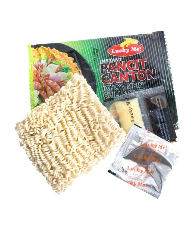 インスタント ヌードル−パンチットカントン チリマンシ味 【Lucky Me!】の写真2 - 中には乾麺と醤油、油、シーズズニングが入っています。
