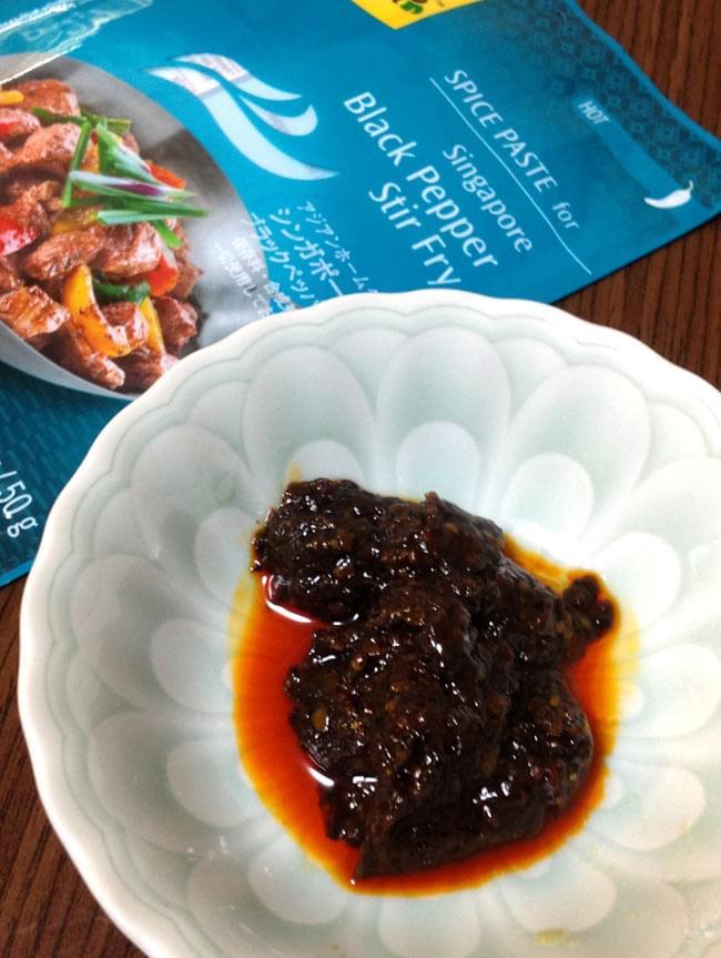 シンガポール料理の素 - ブラックペッパー炒めの素 【Asian Home Gourmet】 3 - ペーストです。スパイシーで辛そう。