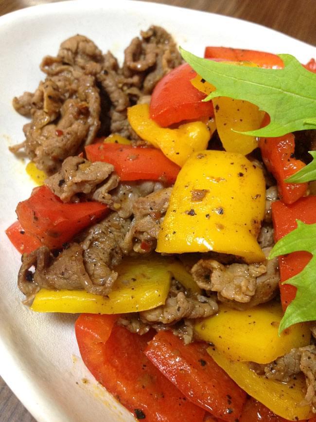 シンガポール料理の素 - ブラック ペッパー 炒め ソース【YEOs】 3 - 肉と野菜を炒めて、ソースを加えるだけで簡単に本場シンガポールの味をお楽しみいただけます。