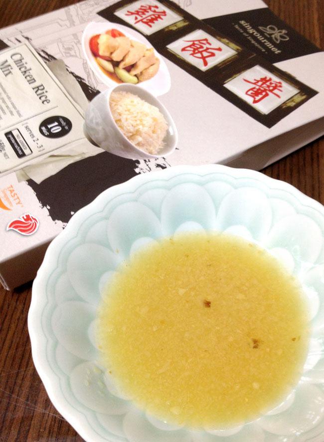 海南チキンライスの素  -  シンガポール 料理の素【Singourmet】の写真2 - 意外とサラサラしています。レトルトパウチで鮮度長持ち。