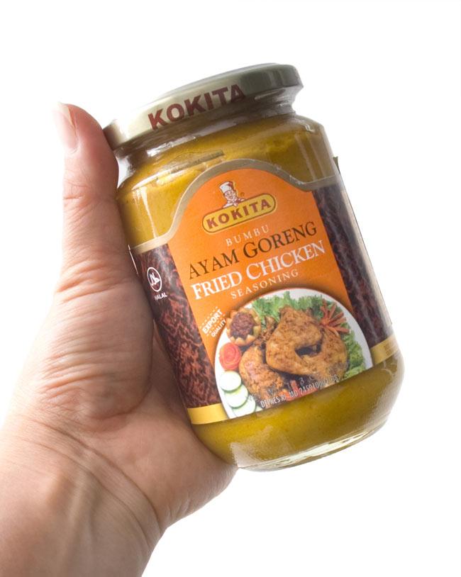 インドネシア料理 ブンブアヤムゴレンの素 - Ayam Goreng 【KOKITA】 2 - 手に持ってみました。1kgの鶏肉に対して大さじ2杯を使用するとこちらの1瓶で約10回アヤムゴレンを作ることが出来ます。