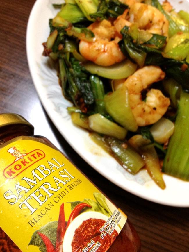 インドネシア チリ ソース サンバル テラシ- Sambal Terasi 【KOKITA】 3 - テラシと空芯菜の炒めものはインドネシア料理の定番です。写真は、青梗菜とエビの炒めもの。(レシピ参照)です。