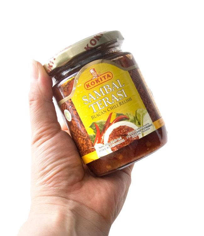 インドネシア チリ ソース サンバル テラシ- Sambal Terasi 【KOKITA】 4 - 手に持ってみました。調味料としてつけダレとして色々使えます。