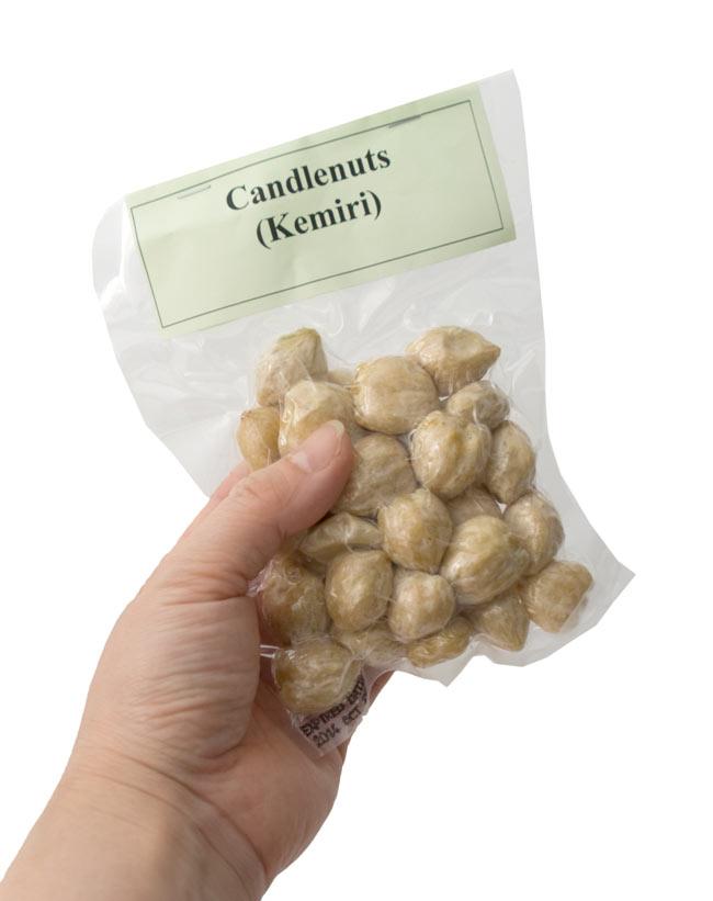 キャンドル ナッツ - Candle Nuts (Kemiri)の写真3 - 手に持ってみました。粒で約20個程入っています。2,3人前のインドネシアカレーを作るのに約6〜7回分程の量です。