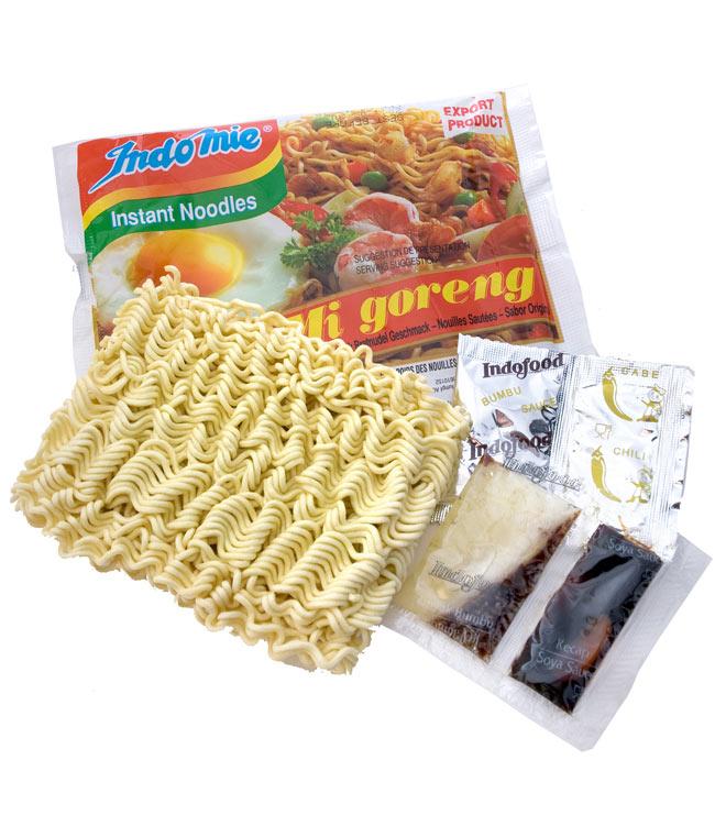 インスタント ミーゴレン  オリジナル 【Indo mie】の写真2 - 乾麺に液体調味料、粉末調味料がついています。