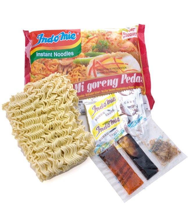 インスタント ミーゴレン  激辛 【Indo mie】 2 - 乾麺に液体調味料、粉末調味料がついています。