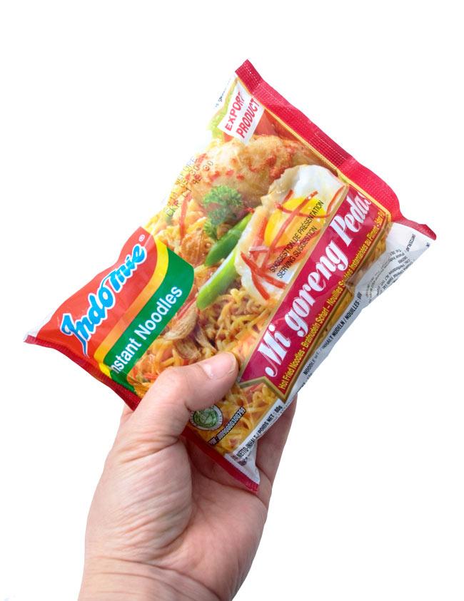 インスタント ミーゴレン  激辛 【Indo mie】 3 - 手に持ってみました。美味しいけど辛い焼きそばミーゴレンを簡単に頂きませう。