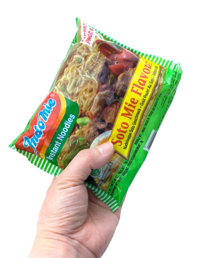インスタントヌードル  -ソトミー味-インドネシア スープ 【Indo mie】 3 - 手に持ってみました。やさしい美味しさを簡単に頂きませう。チリは入れると辛いです。注意。