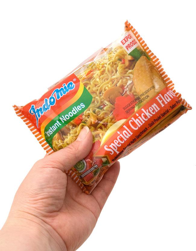 インスタント ヌードル スペシャル チキン味 【Indo mie】 3 - 手に持ってみました。チキンでもスペシャルです。ちょっと食べてみる価値ありです。