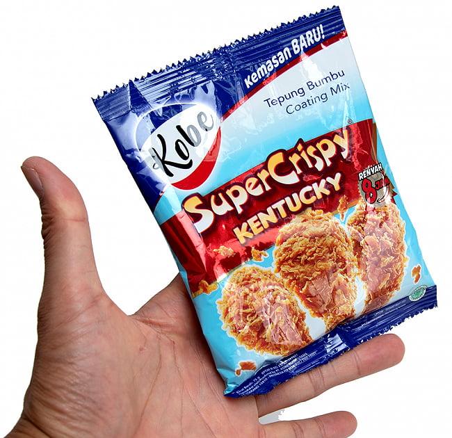 インドネシア風 クリスピーチキンの粉 【KOBE】 2 - 手に持ってみました。この一袋で通常鶏半分量の鶏肉の唐揚げを作ることができます。