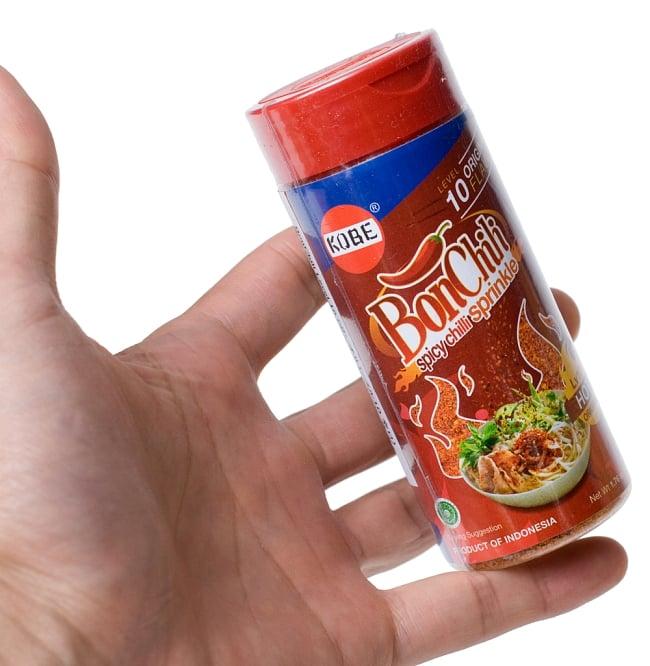 インドネシア チリフレーク-レベル10 - ボンチリ  レベル10 うま辛 赤ボトル 【KOBE】の写真4 - 手に持ってみました。美味しいし色々楽しむにはちょうどいい量ですよ。