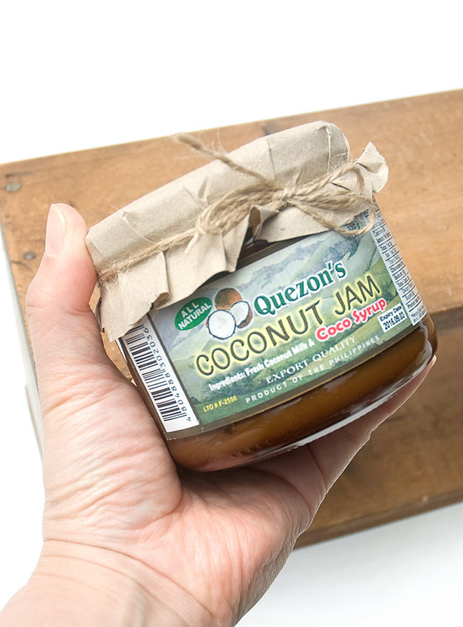 ココナッツ ジャム - Coco Syrup 330g 【Quezons】 2 - 手に持ってみました。トーストやパンケーキにたっぷり塗ってどうぞ。