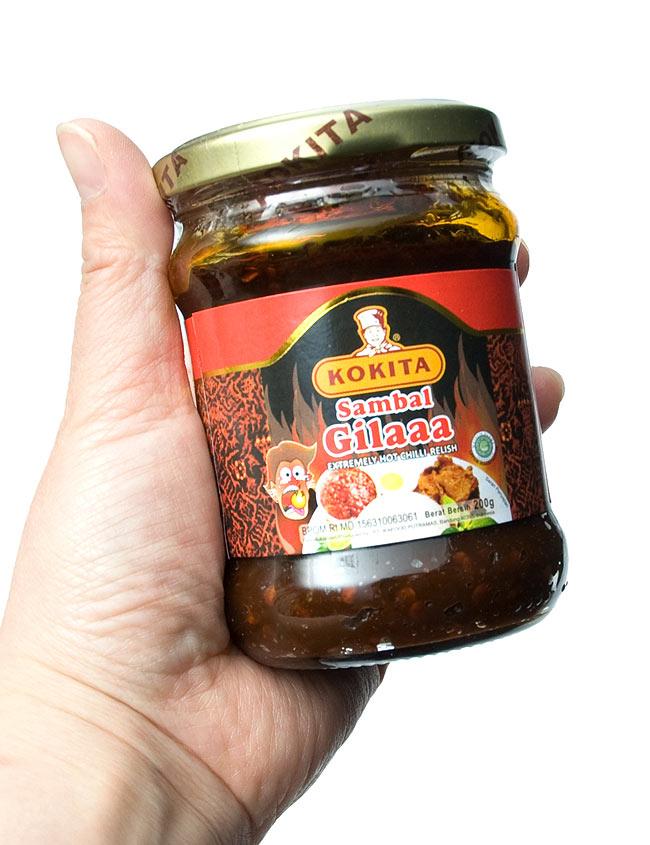 インドネシア 激辛 チリ ソース サンバル ギラ - Sambal Gilaaa【KOKITA】の写真2 - 手に持ってみました。チョー辛いのでご注意下さい。