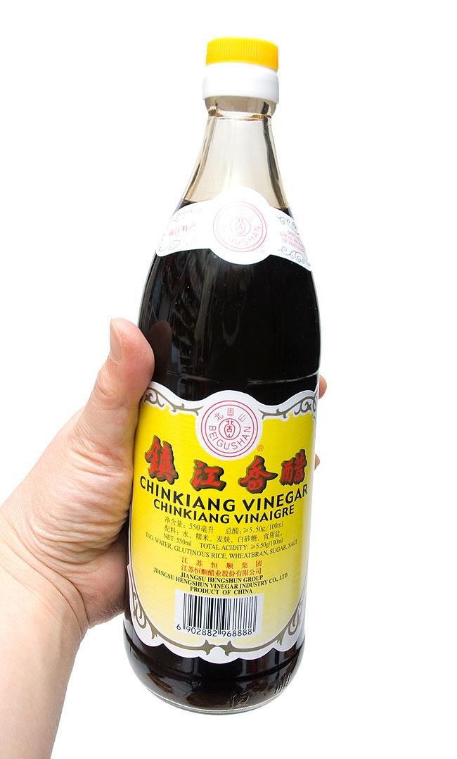鎮江香醋 550ml 大 【北固山】の写真2 - 手に持ってみました。香り豊かは香酢をたっぷりお楽しみください。