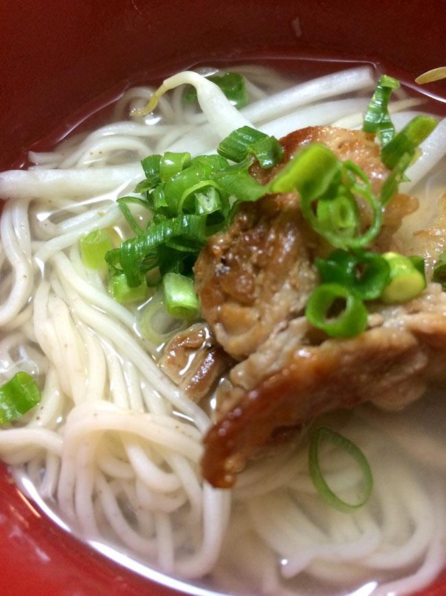 香港 鶏蛋麺 【錦華坊】 4 - 焼いたお肉を乗せて、葱をパラパラっとうーん、美味しい!!
