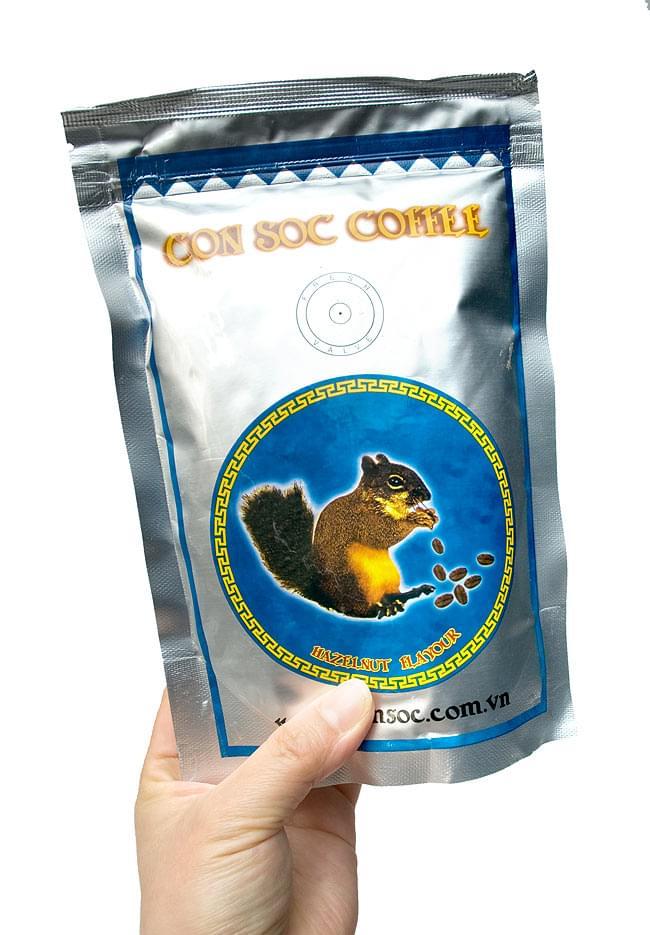 コン ソック コーヒー ブルー - CON SOC COFFEE 【CON SOC】 2 - 手に持ってみました。フレンチローストの中挽きですので、ドリップでもベトナム式でもお好みの淹れ方でお楽しみいただけます。