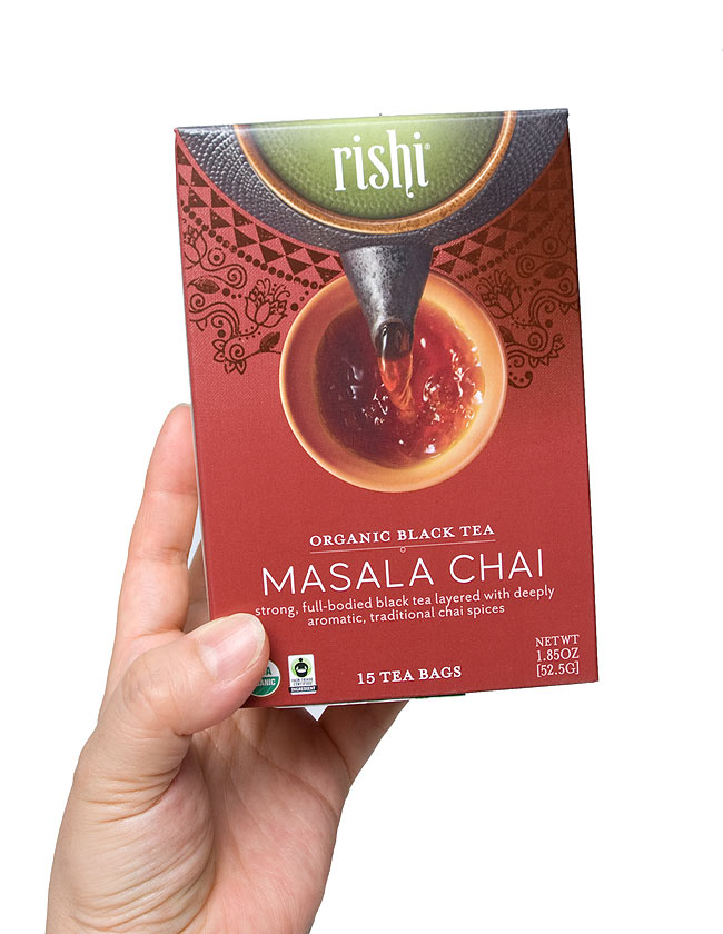 マサラチャイ -リシティ・ Rishi Masala Chai Tea 【Rishi Tea】 2 - 手に持ってみました。一箱に15袋入っています