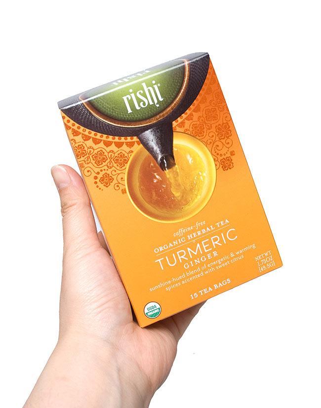 ターメリックジンジャーティー(リシティ・有機ターメリック) - Rishi Turmeric Tea 【Rishi Tea】の写真2 - 手に持ってみました。一箱に15袋入っています