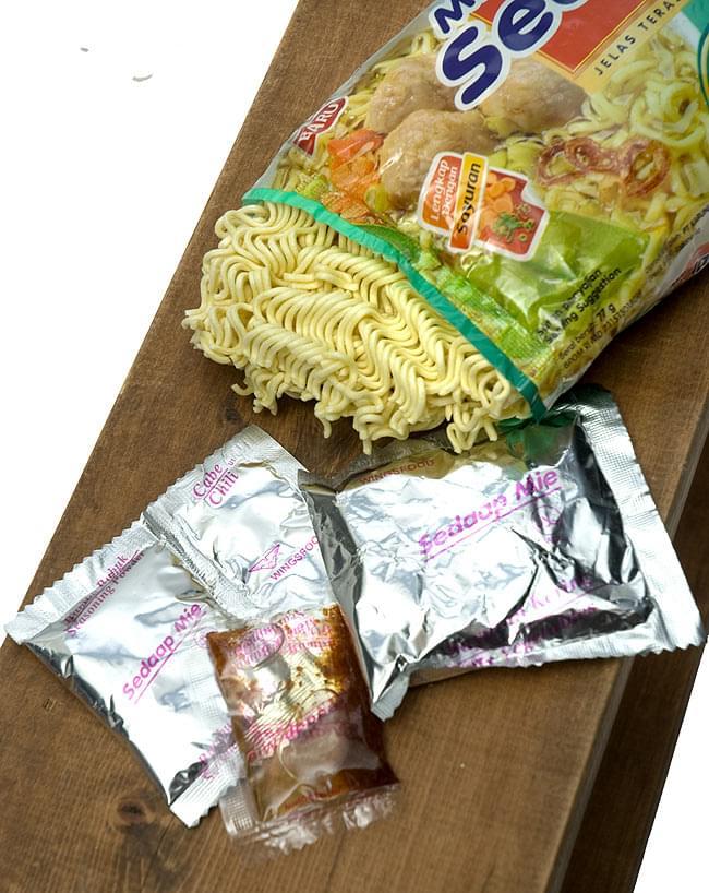 インスタント ヌードル スペシャル ビーフ ミートボール入り Baso Spesial 【Mie Sedaap】  2 - 粉末スープ、粉末調味料、液体調味料が入ってます