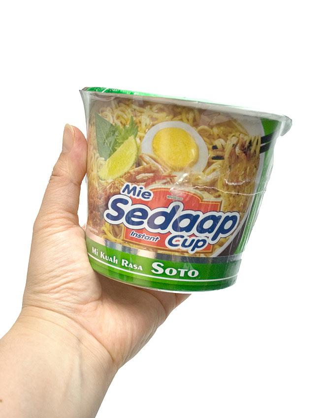 インスタント カップ ヌードル ソトミー味 - SOTO Cup  【Mie Sedaap】  3 - 手に持ってみました。