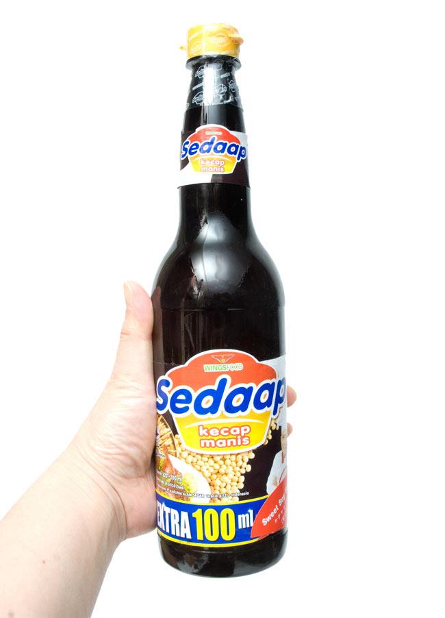 ケチャップマニス - Kecap Manis  【Sedaap】 2 - 手に持ってみました。こちらは、たっぷり使える、大サイズです。入荷時期によってボトルの形状が写真と異なる場合もございます。