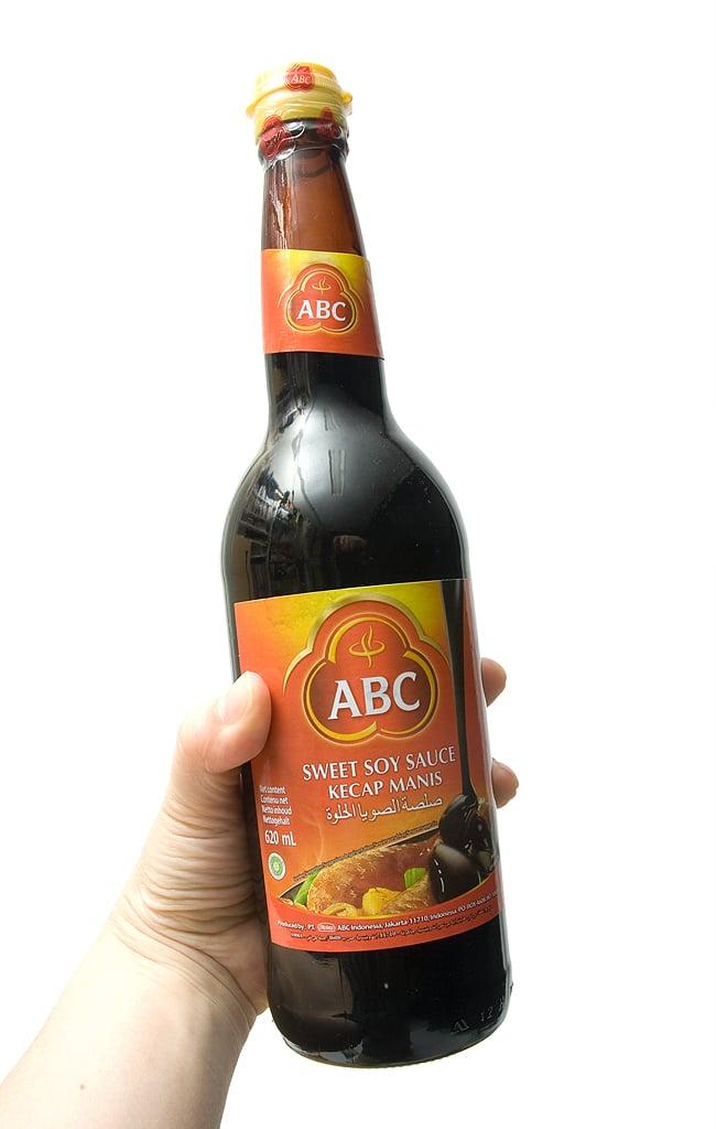 ケチャップマニス (甘口醤油) 600ml - Kecap Manis 600ml 【ABC】 3 - 手に持ってみました。620mlの大容量で使いであります。