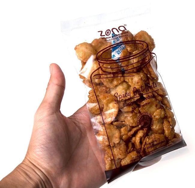 ウンピン スナック スパイシー -  Emping Pedas 【Zona】 4 - 手に持ってみました。あまからの味付けが日本人好みかもしれません。
