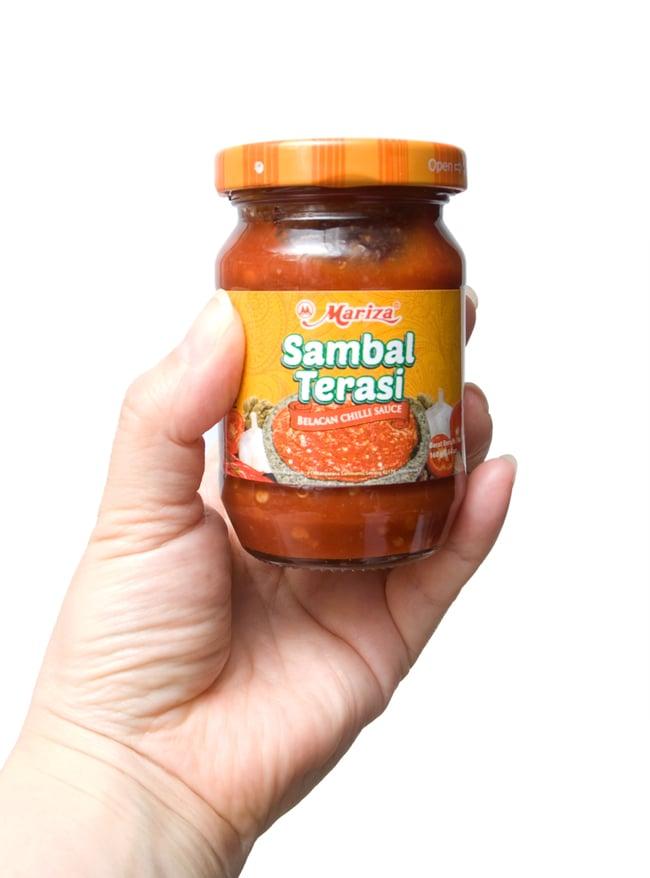 インドネシア チリ ソース サンバル テラシ- Sambal Terasi 【Mariza】の写真3 - 手に持ってみました。調味料としてつけダレとして色々使えます。