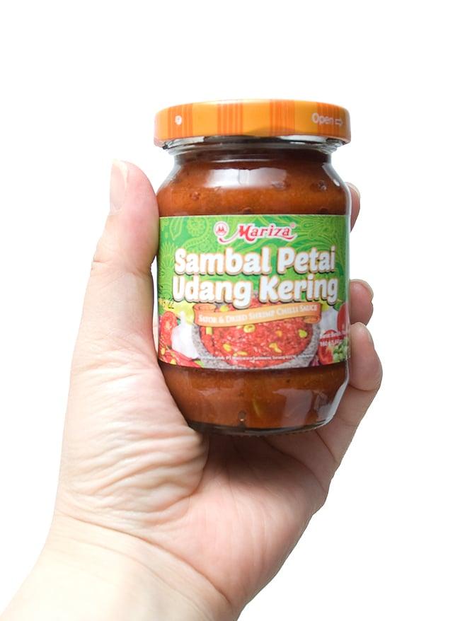 インドネシア チリ ソース サンバル ぺタイ ウダン ケリング - Sambal Petai Udang Kering 【Mariza】 3 - 手に持ってみました。調味料としてつけダレとして色々使えます。