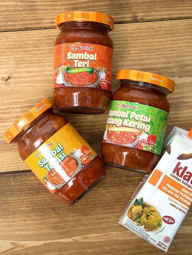 インドネシア チリ ソース サンバル テリ - Sambal Teri 【Mariza】 4 - インドネシアの調味料たち。サンバルテリ(赤ラベル)、サンバルテラシ(オレンジラベル)、サンバルウダン(緑ラベル)、そして、白い容器のココナッツクリーム。