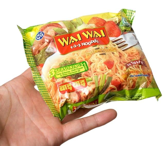 WAIWAI Noodles - インドのインスタントヌードル【ベジ・マサラ味】 3 - サイズ比較のために手に持ってみました