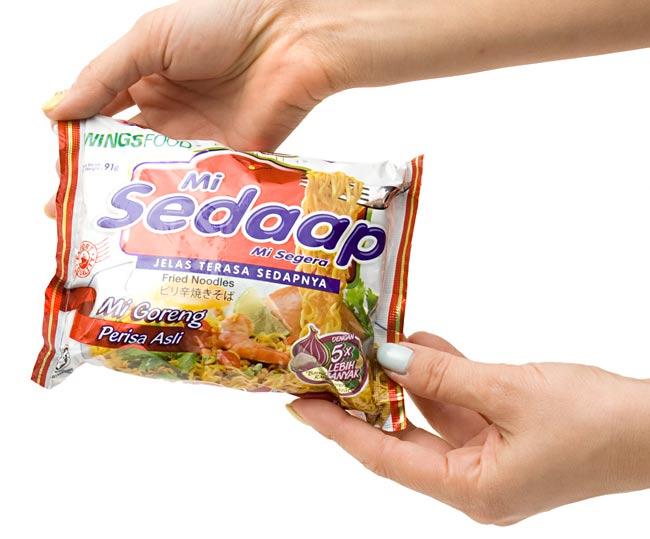 インスタント ヌードル スペシャルチキン味 【Mie Sedaap】  3 - 大きさはこのくらいです。(写真は、同シリーズの味違いの商品です。)