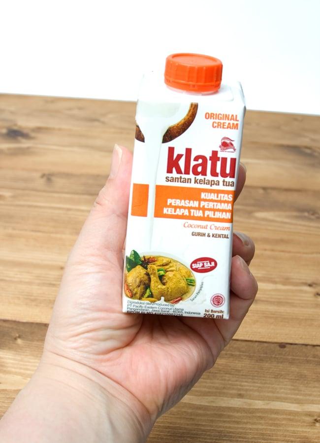 ココナッツクリーム 【200ml】 【KLATU】 3 - 手に持ってみました。とても小さいことがわかります。いつも新鮮なココナッツミルクを使いたい方にはちょうどいいサイズ。