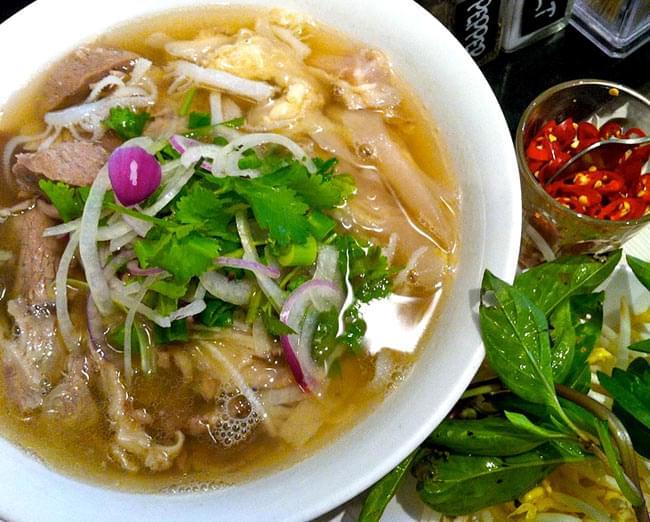 ベトナム・フォー インスタント カップ 【A-One】 ポーク味 4 - 肉、野菜をたっぷり入れてつるつるっといただきます。(イメージ)