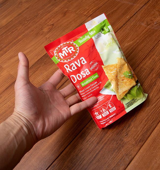 インドの軽食  ラバ ドーサの素 -Rava Dosa Mix 500g 袋入り 【MTR】 5 - 手に持ってみました。500gの大容量です。
