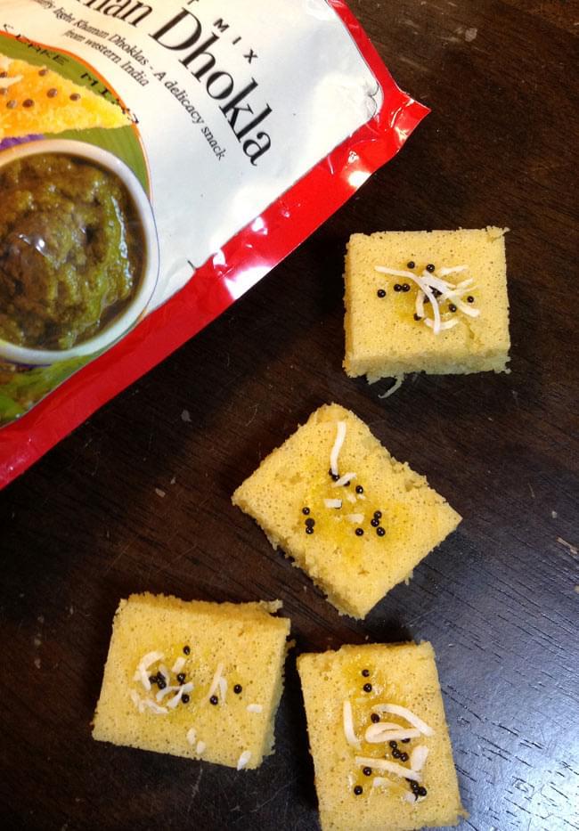 インドお菓子  カマン ドークラの素 - KHAMAN DHOKLA Mix 【MTR】 2 - 作ってみました。上に乗った飾りは、マスタードシードとココナッツトレードです。